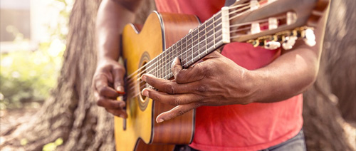 Brát lekce na kytaru od zkušenějších